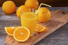 Jus d'orange op houten lijst Stock Foto