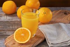 Jus d'orange op houten lijst Royalty-vrije Stock Afbeelding