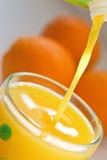 Jus d'orange pleuvant à torrents Photos libres de droits