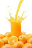 Jus d'orange pleuvant à torrents photographie stock libre de droits