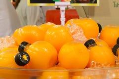 Jus d'orange in ronde plastic flessen op verkoop stock afbeeldingen