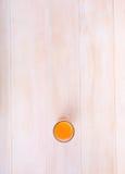 Jus d'orange savoureux sur un fond en bois clair Une vue supérieure d'une boisson fraîche d'agrume Cocktail naturel pour l'été photographie stock libre de droits
