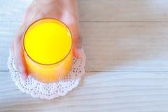 Jus d'orange sur la table photo stock