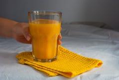 Jus d'orange voor ontbijt Royalty-vrije Stock Afbeeldingen