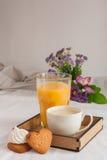 Jus d'orange voor ontbijt Stock Afbeelding