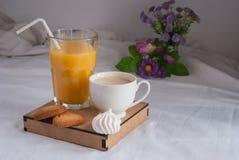 Jus d'orange voor ontbijt Stock Foto's