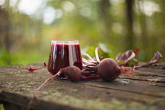 Jus de betterave en verre sur la table photo stock