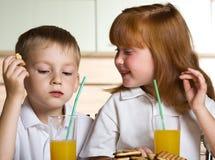 Jus de boissons d'enfants Images stock