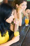 Jus de boissons de deux beau filles Photographie stock