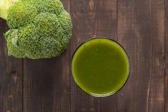 Jus de brocoli sur la table en bois Images stock