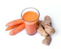 Jus de carotte avec la racine de gingembre Photos libres de droits