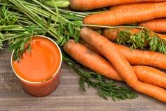 Jus de carotte avec les légumes frais Nourriture et boissons saines Photos stock