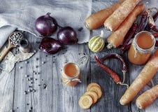 Jus de carotte fait maison frais dans des pots en verre Images stock