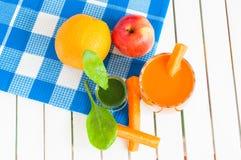 Jus de carotte fait maison sain dans de verre et frais Images libres de droits