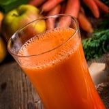 Jus de carotte fraîchement serré Photos stock