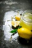 Jus de citron avec des tranches de citron frais Photographie stock