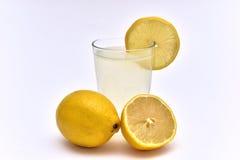 jus de citron avec les citrons organiques du côté Photo libre de droits