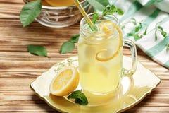 Jus de citron délicieux dans le pot de maçon photo stock