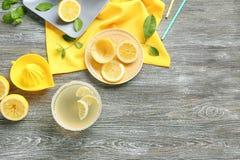 Jus de citron dans la cuvette et le presse-fruits photographie stock libre de droits