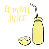 Jus de citron dans une bouteille Photos stock