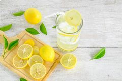 Jus de citron et citron frais image libre de droits