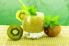 Jus de fruit de kiwi avec le fruit Photo stock