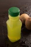 Jus de fruit de kiwi avec le kiwi frais Images stock