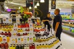 Jus de fruit frais au supermarch? photographie stock