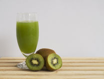 Jus de fruit frais de kiwi Photo libre de droits