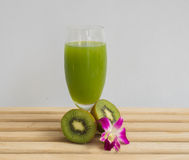 Jus de fruit frais de kiwi Photos stock