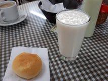 Jus de fruit de Guanavana avec pan de bono Image libre de droits