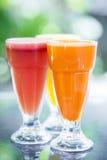 Jus de fruit orange frais de carotte et de pastèque Photo libre de droits