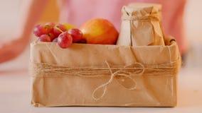 Jus de fruit sain de boîte de femme de nourriture de nutrition banque de vidéos