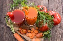 Jus de légumes avec des ingrédients Photo stock