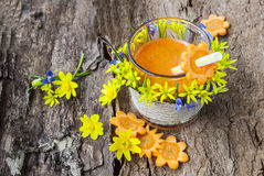 Jus de la boisson de carottes, savoureuse et saine, vitamines dans les légumes Images stock