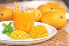 Jus de mangue avec le fruit coupé en tranches Photos stock