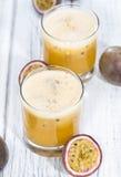 Jus de Maracuja avec des fruits frais Photographie stock