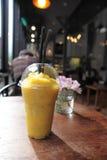 Jus de milk-shake de mangue Photos stock