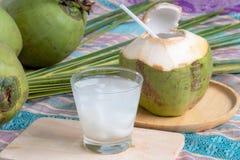 Jus de noix de coco et noix de coco images stock