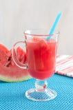 Jus de pastèque dans un verre avec des morceaux photographie stock libre de droits