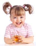 Jus de pomme potable de petite fille Photographie stock