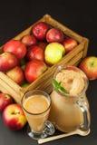 Jus de pomme pressé frais non filtré Jus et pommes de pomme sur la table en bois Un jus sain pour des athlètes Image libre de droits