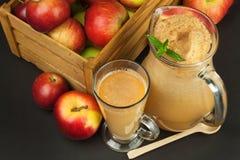 Jus de pomme pressé frais non filtré Jus et pommes de pomme sur la table en bois Un jus sain pour des athlètes Photo libre de droits
