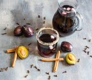 Jus de prune avec de la glace, la cannelle et des clous de girofle Excellent et chaud pendant des soirées froides d'automne Image stock