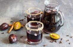Jus de prune avec de la glace, la cannelle et des clous de girofle Excellent et chaud pendant des soirées froides d'automne Photographie stock libre de droits