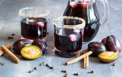 Jus de prune avec de la glace, la cannelle et des clous de girofle Excellent et chaud pendant des soirées froides d'automne Photos stock