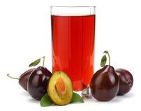 Jus de prune dans un verre avec le fruit frais de prune d'isolement sur le fond blanc Image libre de droits