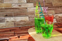Jus de raisins dans des gobelets en verre sur un fond en bois photographie stock libre de droits