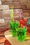 Jus de raisins dans des gobelets en verre sur un fond en bois photo libre de droits