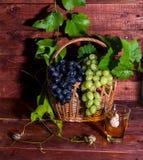 Jus de raisins dans un verre sur la table Photos libres de droits